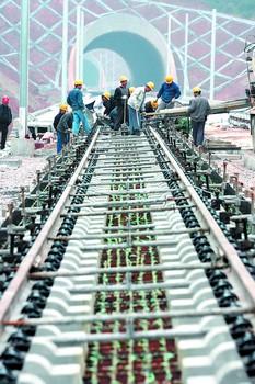 无碴轨道浇注.余志雄摄-武广长沙段6月全线调试 动车所可集中检修